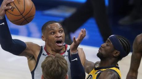 Wizards-Leistungsträger Russell Westbrook (l) steuerte 33 Punkte, 19 Rebounds und 15 Assists zum Sieg bei.