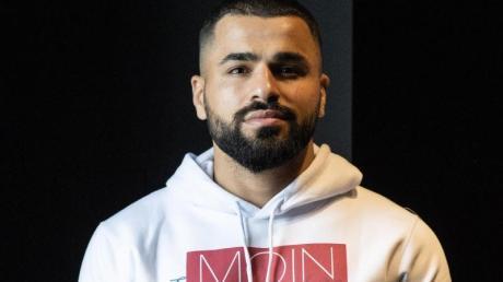 Boxer Ammar Riad Abduljabbar bei einem Fototermin im Hamburger Ding.