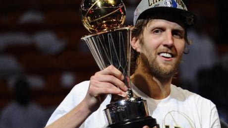 Dirk Nowitzki posiert 2011 mit der Trophäe für den Wertvollsten Spieler der NBA (Most Valuable Player.