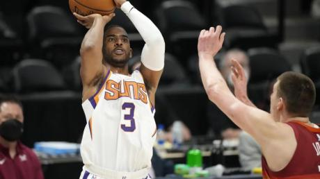 Hat sich mit den Phoenix Suns zum NBA-Titelkandidaten gespielt: Chris Paul (l).