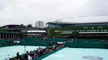 Die Tennisplätze des «AllEngland LawnTennis and Croquet Club» sind mit Regenplanen abgedeckt.
