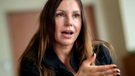 Teresa Enke, Vorsitzende der Robert-Enke-Stiftung, spricht während eines Interviews mit Journalisten.