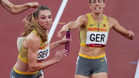 Carolina Krafzik (r) übergibt den Staffelstab an Laura Müller.
