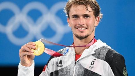 Hat seine Teilnahme am ATP-Turnier in Tornto abgesagt: Alexander Zverev mit seiner Goldmedaille.