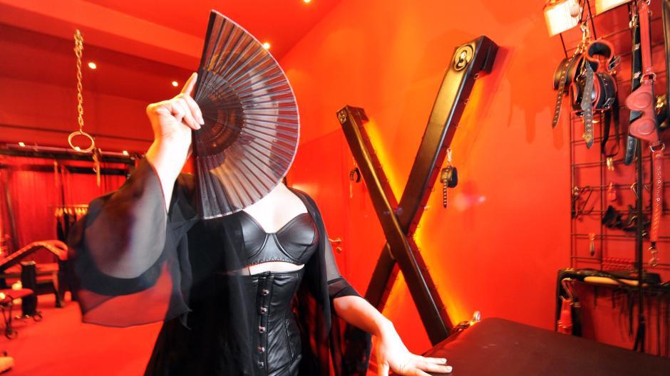Frankfurt am Main: Domina entführt Fetisch-Fan und raubt