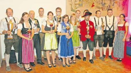 Die Vertreter der jeweils besten drei Mannschaften der Staudenpokalrunde 2012, von rechts Zweite Schützenmeisterin Sonja Walch und Schützenmeister Stefan Abold von den Bergschützen Wollishausen.