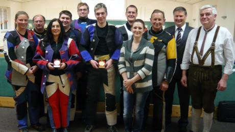 Die Finalteilnehmer zeigten guten Schießsport. Es gewann Christoph Rauh (vorne in der Bildmitte) vor Sandra Stelzer (links daneben).