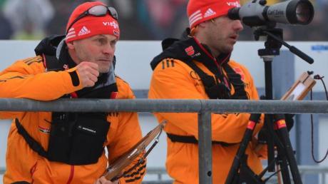 Bundestrainer Gerald Hönig (l) und Co-Trainer Tobias Reiter beobachten die Schießleistungen ihrer Athletinnen. Foto: Martin Schutt