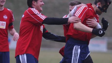 Weißenhorns Michael Strasser (rechts) hat gerade das 3:1 für sein Team erzielt, und die Mannschaftskameraden eilen zum Gratulieren herbei.