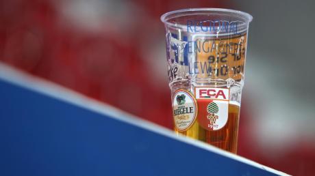 Alkoholkonsum gehört für viele Fußballfans im Stadion dazu. Eberhard Gienger, der sportpolitische Sprecher der Unioin im Bundestag, sieht ein Alkoholverbot aber als Lösung für die Zukunft.