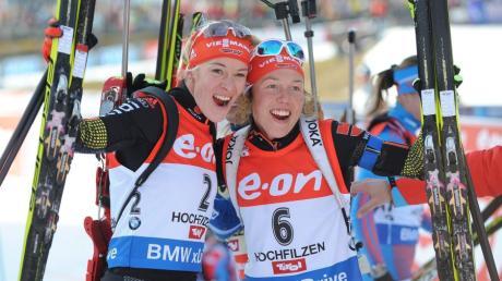 Auch im Verfolgungsrennen waren die deutschen Frauen (von links) nicht zu bremsen: Maren Hammerschmidt feiert ihren zweiten Platz mit Siegerin Laura Dahlmeier.