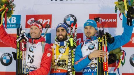 Der zweitplatzierte Simon Eder (l-r), Sieger Martin Fourcade und der Dritte Anton Schipulin.