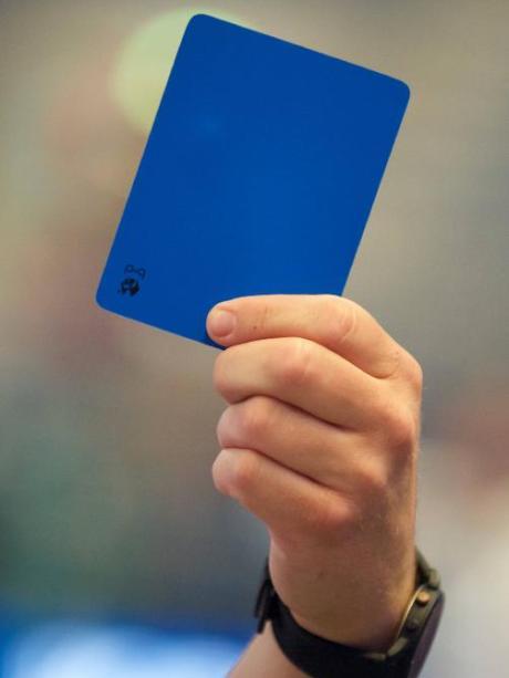 Handball Blaue Karte.Regelwerk Im Handball Wird Das Farbensortiment Erweitert