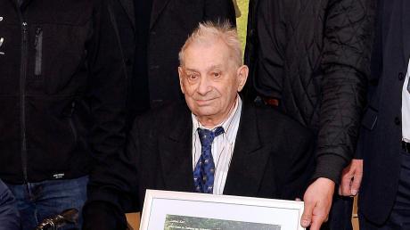 Der ehemalige Archivar des TSV 1860 München, Karl Magraf ist am Freitag an Covid-19 gestorben. Der Landsberger wurde 92 Jahre alt. Dieses Foto entstand anlässlich seines 90. Geburtstags.
