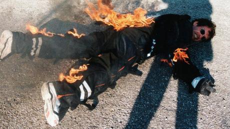 Ralf Engelstätter hatte früher als Stuntman einen harten Job. Da musste er sich auch schon mal mit einem feuerfesten Anzug auf dem Boden wälzen.