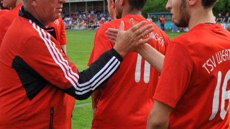 Auf ein Neues: Nach dem verpassten Aufstieg im vergangenen Mai nimmt der TSV Wertingen einen neuen Anlauf in Richtung Bezirksliga. Sportlicher Leiter Fritz Bühringer (links) klatscht sich hier mit Marco Schiermoch ab.