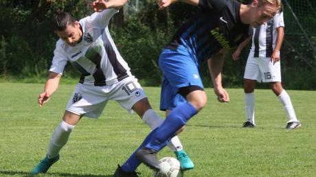 Im Stadtderby der ersten Runde im Fußball-Bezirkspokal konnte Gastgeber TSV Senden (in den gestreiften Trikots) den eine Klasse höher spielenden FV Senden (Kreisliga A) nicht stoppen. Am Ende mussten sich die Platzherren dem Gegner recht deutlich mit 0:4 geschlagen geben.
