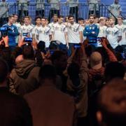Die Spieler der deutschen Nationalmannschaft zeigen sich in Berlin mit dem neuen Trikot. Foto: Gregor Fischer