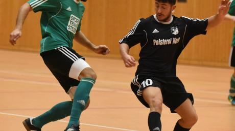 Hatten bei der Vorrunde der Futsal-Hallen-Kreismeisterschaft Donau/Isar sichtlich ihren Spaß: Während Karlshulds David Ibraimovic (links) mit seinen sieben Treffern zu den überragenden Kickern dieser Veranstaltung zählte, gab es an Torwart-Oldie Erich Karl (rechts) kaum ein Vorbeikommen.