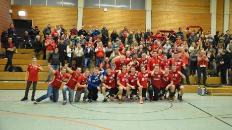 Abschied nach einem grandiosen Jahr 2017: Die Günzburger Bayernliga-Handballer und die vielen mitgereisten Fans durften in Ottobeuren noch einmal kräftig jubeln.