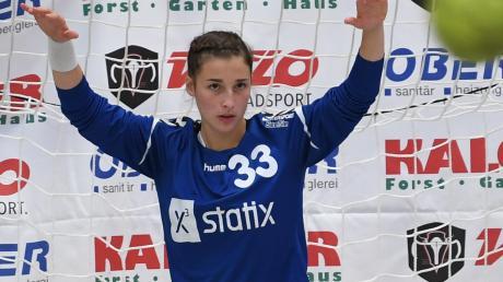 Den Ball fest im Blick hat die Günzburger Torhüterin Elena Hoffmann. Sie erzielte beim Landesligaspiel in Marktoberdorf einen Treffer aus dem Feld – nicht alltäglich im Handball.