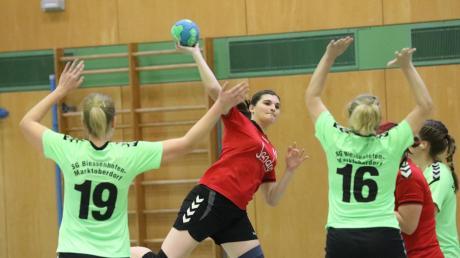Bettina Bölk und die Handballerinnen des TSV Aichach starteten gegen die SG Biessenhofen-Marktoberdorf in Halbzeit zwei eine Aufholjagd. Am Ende setzte es dennoch eine 21:24-Niederlage. Damit bleiben die Paarstädterinnen Schlusslicht der Landesliga Süd.