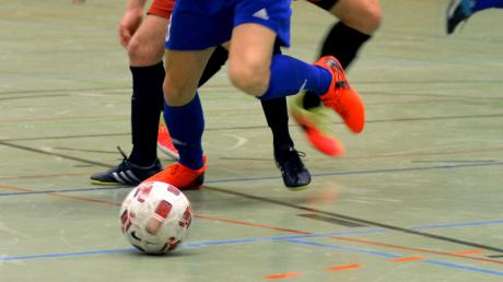 Der TSV Blaustein (blau-weiße Trikots) strebt in diesem Jahr die Titel-Verteidigung des Bad-Blau-Cups an.