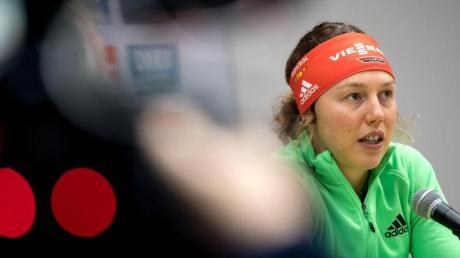 Laura Dahlmeier bei der Pressekonferenz in Ruhpolding. Die deutsche Top-Biathletin wünscht sich mehr Ruhe.