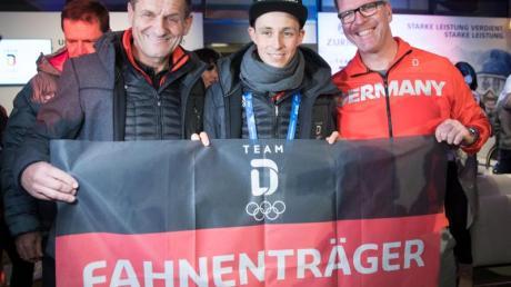 DOSB-Präsident Alfons Hörmann (l) und Chef de Mission Dirk Schimmelpfennig (r) gratulieren Eric Frenzel.