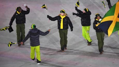 Bei der Eröffnungsfeier lief Trainerin Sandra Kiriasis (M.) noch mit dem Team aus Jamaika ein.