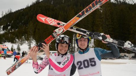 Die strahlenden neuen Landkreismeister Ski alpin: Sara Schreier und Francis Stimpfle. Sie gewannen die Titelkämpfe etwas überraschend auch für sie, denn zum Training hatten sie nicht viel Zeit.