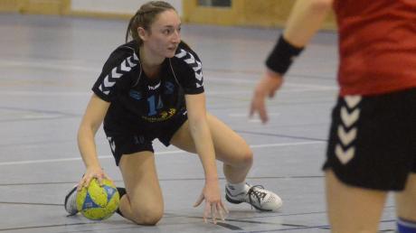 In die Knie gingen die Kissinger Handballerinnen – hier Vanessa Kalischko (schwarzes Trikot) bei der SG Biessenhofen-Marktoberdorf.