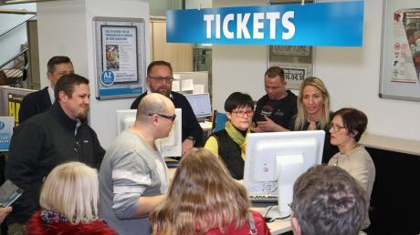 Nikki Adler (hinter dem Schalter, zweite v.r.) war selbst aktiv beim Kartenverkauf im Ticket-Center unserer Zeitung.