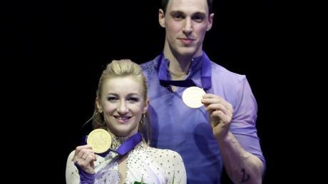 Aljona Savchenko und Bruno Massot posieren mit ihren Gold-Medaillien bei der WM.