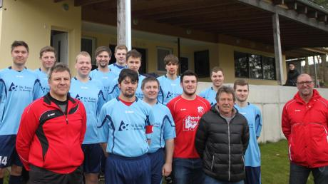 Noch haben sie das Lachen nicht verlernt, die Fußballer des SV Hohenaltheim mit (vorne von links) Abteilungsleiter Ralf Epple, Spielführer Matthias Ruff, Trainer Werner Kannler und dem Vereinsvorsitzenden Friedrich Erhardt.