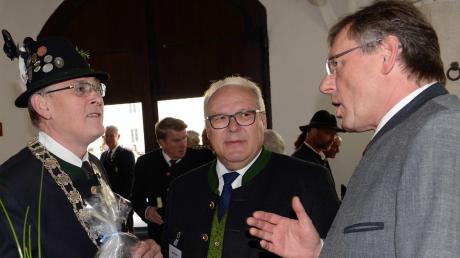 Empfang: Oberbürgermeister Bernhard Gmehling lud die Schützen in den Marstall, darunter Gauschützenmeister Alois Helfer (Mitte) und der Bezirksgauschützenmeister Alfred Reiner (links).