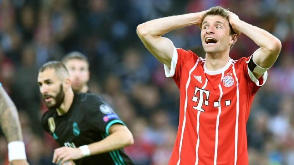 Bayern Münchens Kapitän Thomas Müller greift sich mit beiden Händen nach einer vergebenen Chance gegen Real Madrid an den Kopf. Foto:Matthias Balk