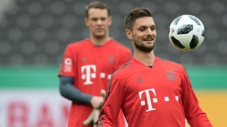 Sven Ulreichs (r) Rolle beim FC Bayern ist klar: Ist Manuel Neuer fit, bleibt für ihn nur der Platz auf der Bank.