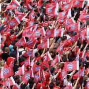 Um die Stimmung zwischen dem FC Bayern und den aktiven Fans ist es derzeit nicht zum Besten bestellt. Grund ist ein Hausverbot, das der FCB gegen einen Fan verhängt hat.