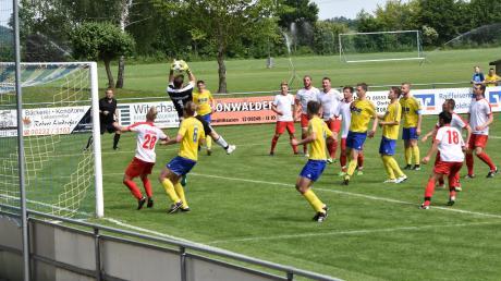 Einen heißen Tanz boten sich schon die zweite Mannschaft der SpVgg Langerringen (gelbe Trikots) und der TSV Fischach in der Vorwoche. Am Sonntag geht es für beide Teams nun um den hart umkämpften Relegationsplatz.