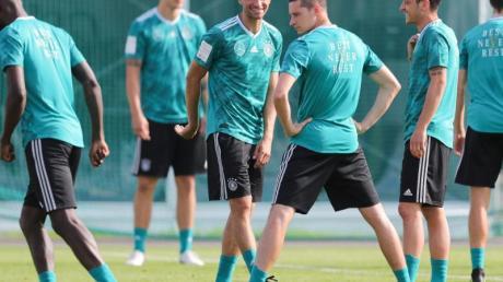 Antonio Rüdiger (l-r), Niklas Süle, Thomas Müller, Julian Draxler, Mesut Özil und Jonas Hector auf dem Trainingsplatz.