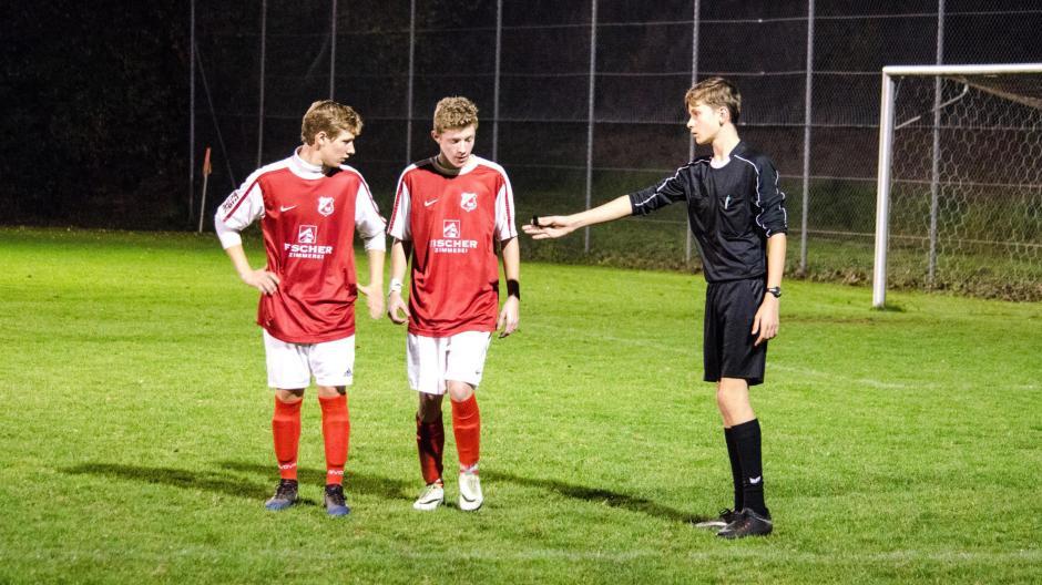 Schiedsrichter Durch Nachwuchsmangel Drohen Spielausfälle Sport