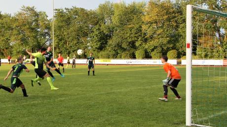 Die Stürmer des SV Türkgücü Königsbrunn taten sich in der zweiten Runde des Toto-Pokals schwer gegen die Untermeitinger Abwehr. Auch diese Chance konnte Arkac Kaan nicht nutzen.