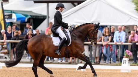 Lisa Müller, die Frau von Fußball-Profi Thomas Müller, gewann im vergangenen Jahr auf Anne Beth die S***-Prüfung am Ulrichshof. In diesem Jahr ist sie mit zwei anderen Pferden wieder mit dabei.