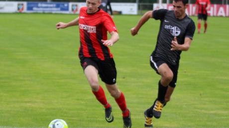 Ab sofort rollt auch in der Fußballkreisliga wieder der Ball. Wehringes Daniel Gleich (links) empfängt mit seinem Team morgen Westheim.