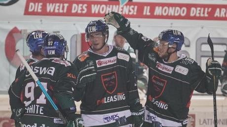Der Dolomitencup ging richtig gut los für die Augsburger Panther (v. l.): Matt White, Adam Payerl und Simon Sezemsky freuen sich über den 3:0-Erfolg im Auftaktspiel gegen Bozen.