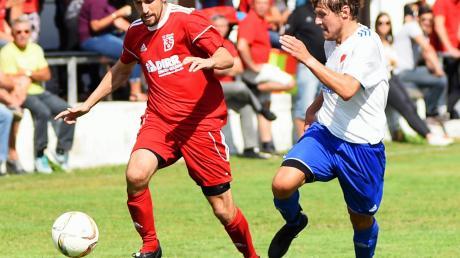 Silheims Andre Ansorge (am Ball gegen Holzheims Felix Nüssle) traf zwei Mal. Insgesamt traf der FC sechs Mal ins Tor der Gäste.