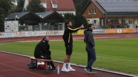 Zum ersten Mal stand Benedikt Deigendesch (rechts) als offizieller Trainer an der Seitenline des TSV Mindelheim. Zusammen mit seinem Co-Trainer Holger Thamm (Mitte) sah er aber erneut ein Unentschieden seiner Mannschaft, die damit weiterhin auf den ersten Dreier der Saison wartet.