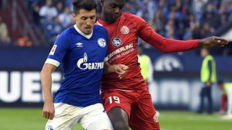 Der Schalker Alessandro Schöpf (l) fällt krank aus. Foto: Ina Fassbender
