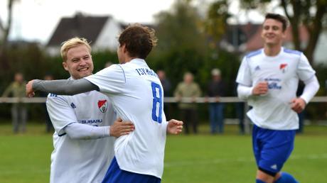 Felix Nüßle (rechts) freut sich über seinen 2:0-Treffer für den TSV Holzheim gegen den TSF Ludwigsfeld.